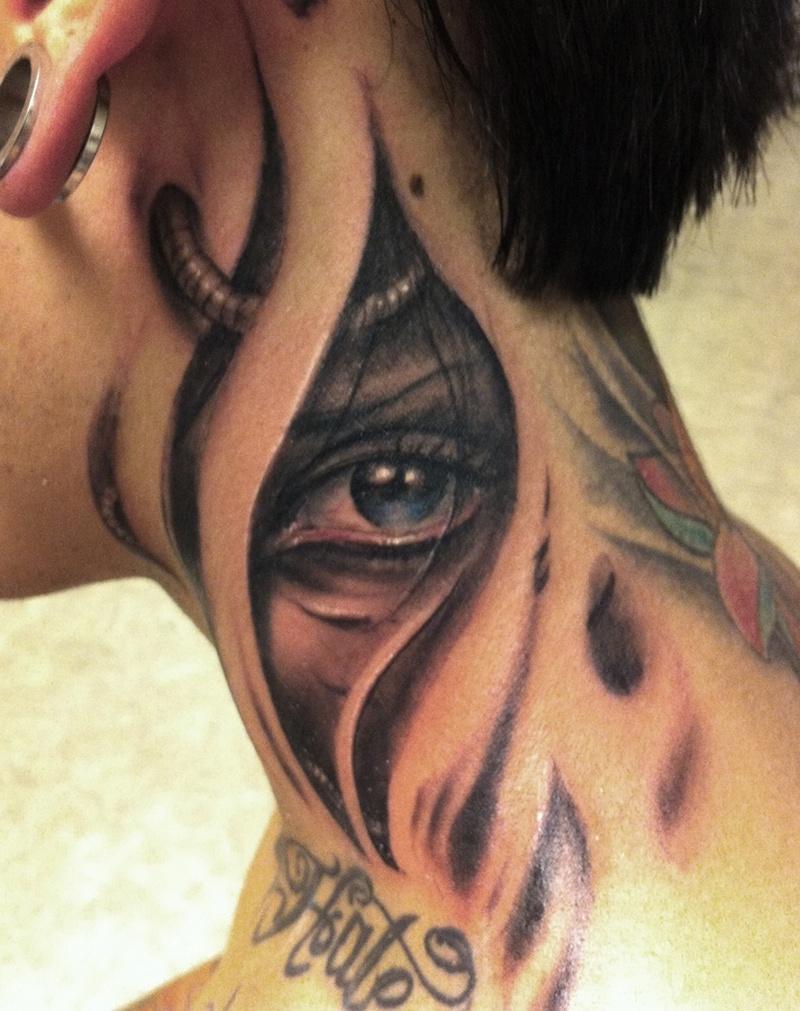 Татуировка глаза на шее