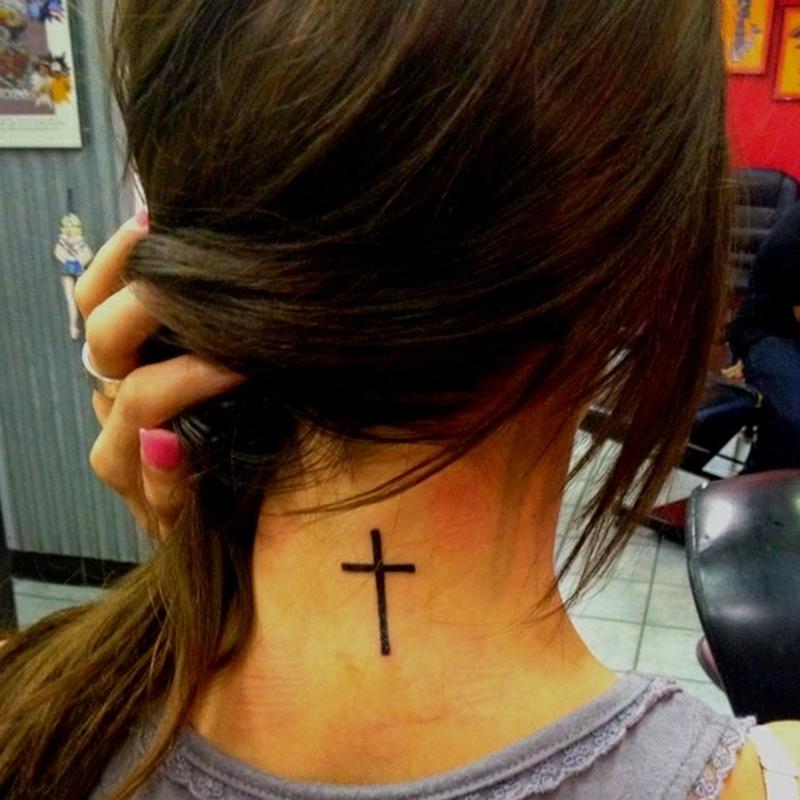 Крест на шее тату с боку
