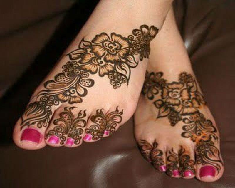 Fantastic henna tattoo design on feet
