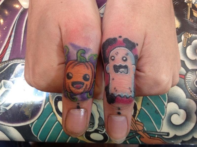 Halloween tattoo on fingers 2