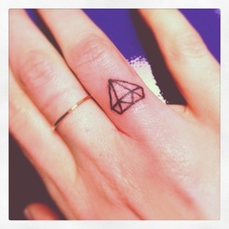 Значение тату алмаз на пальце