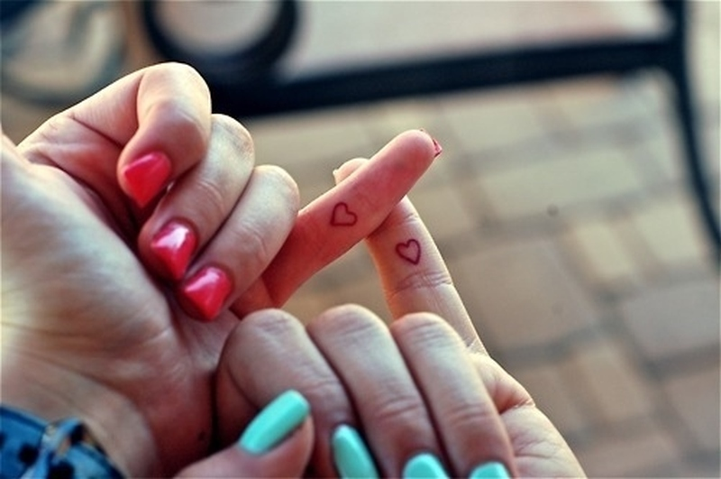 739c7cfcd3fc7 Tiny heart tattoo on fingers for best friends - Tattoos Book ...