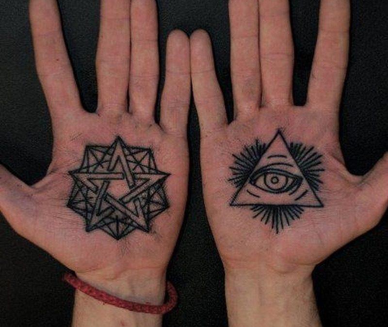 Eye tattoo on palm