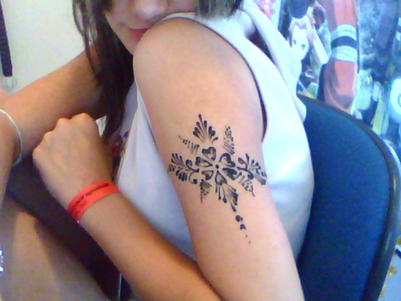 Henna tattoo designs on biceps of girl